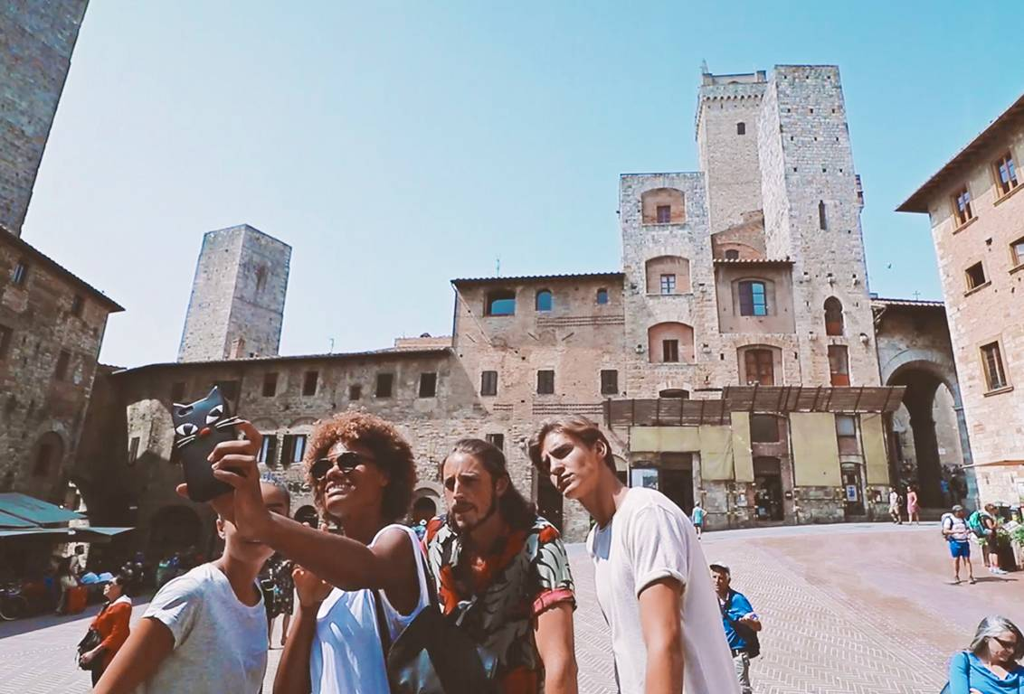 Florence to San Gimignano: book our guided tour with your friends and take marvellous group pictures