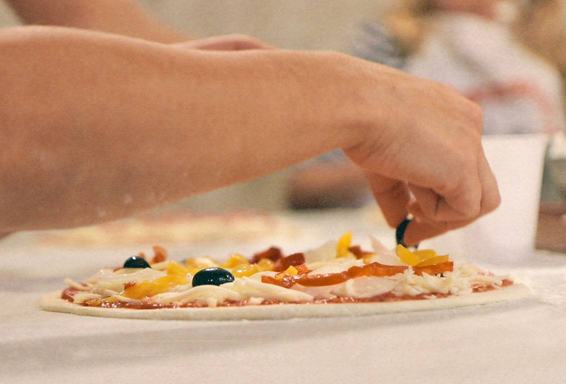 Garnish your own pizza during our pizza and gelato class near Florence