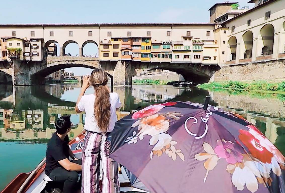 See Florence from a totally different perspective: admire the Pontevecchio (old bridge) from the bank