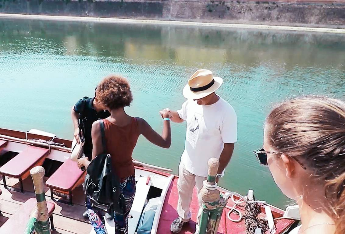 Mini cruise on a traditional boat on the Arno River: visit Florence on board of a vintage Barchetto