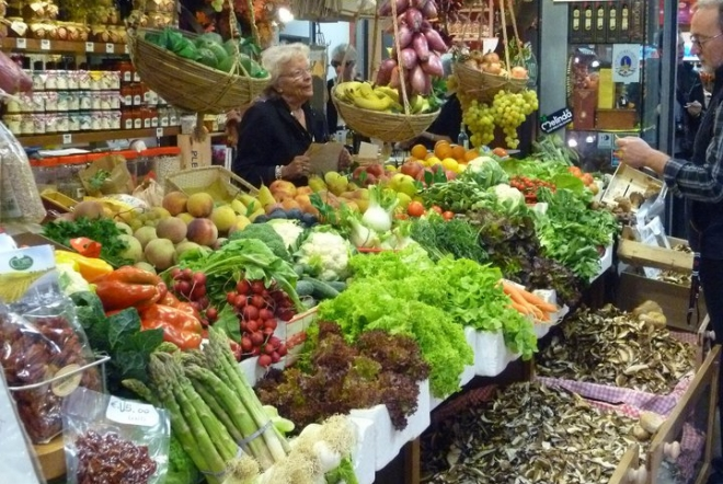 during the florence market tour you will meet the butchers, the bakers, and the farmers selling vegetables from their gardens