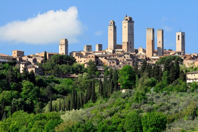 the skyline of San Gimignano is stunning: the medieval tower houses untouched by time will make your journey in Tuscany unforgettable