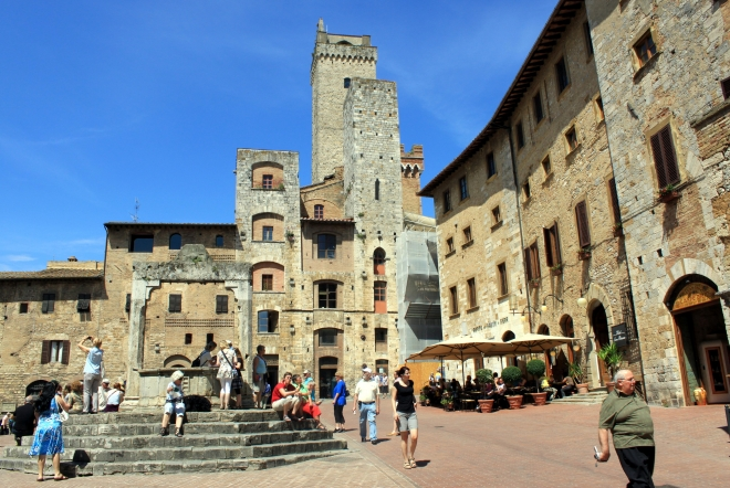 get lost in the narrow streets of San Gimignano: the real image of a Tuscan hill town revealed by our day tour