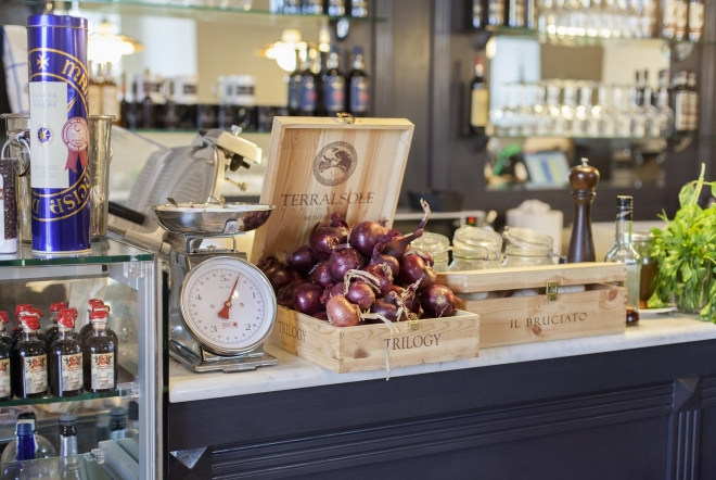 taste wine and have a gourmet lunch with specialities of tuscan cuisine in a typical italian enoteca