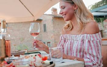enjoy a typical Tuscan lunch in a restaurant, immersed in nature, tasting the incredible wines of the wineries you just visited